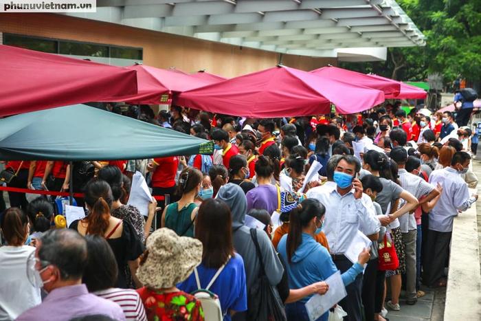 Ảnh: Hàng trăm người chen chân đến Bệnh viện E chờ tiêm phòng vaccine COVID-19 - Ảnh 10.