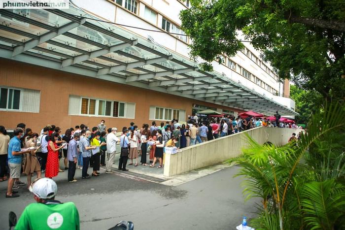 Ảnh: Hàng trăm người chen chân đến Bệnh viện E chờ tiêm phòng vaccine COVID-19 - Ảnh 11.
