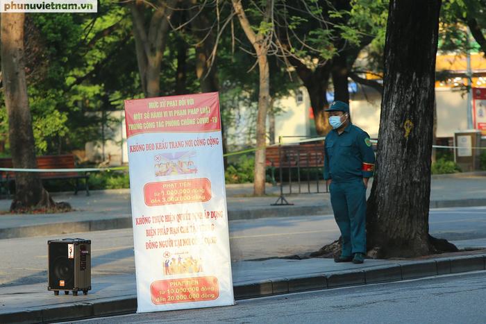 Hà Nội trong buổi sáng đầu tiên thực hiện giãn cách xã hội theo Chỉ thị 16 - Ảnh 2.