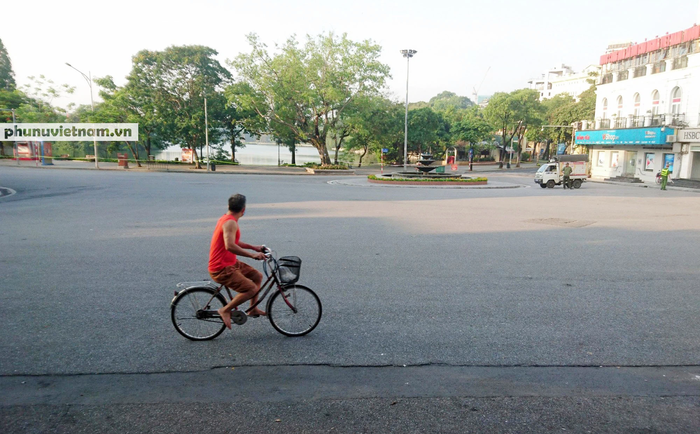 Hà Nội trong buổi sáng đầu tiên thực hiện giãn cách xã hội theo Chỉ thị 16 - Ảnh 3.