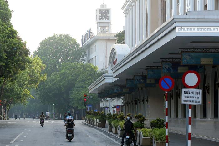 Hà Nội trong buổi sáng đầu tiên thực hiện giãn cách xã hội theo Chỉ thị 16 - Ảnh 4.