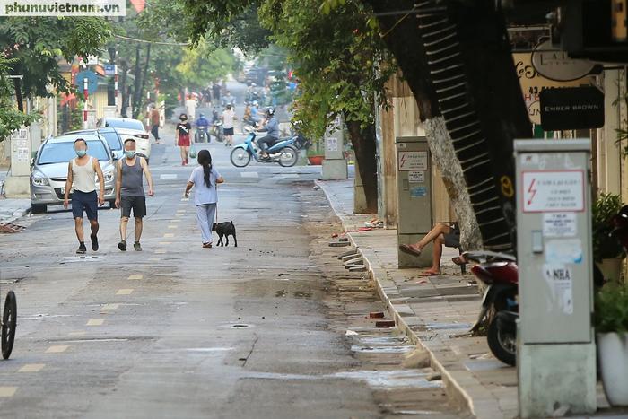 Hà Nội trong buổi sáng đầu tiên thực hiện giãn cách xã hội theo Chỉ thị 16 - Ảnh 7.