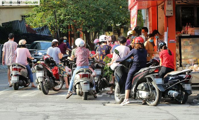Hà Nội trong buổi sáng đầu tiên thực hiện giãn cách xã hội theo Chỉ thị 16 - Ảnh 8.