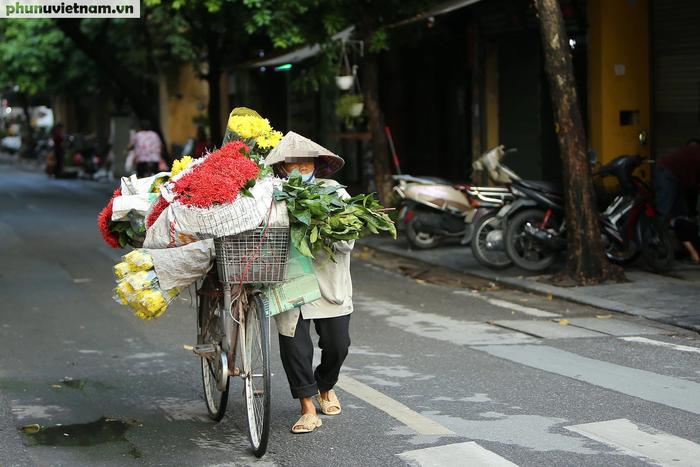 Hà Nội trong buổi sáng đầu tiên thực hiện giãn cách xã hội theo Chỉ thị 16 - Ảnh 9.