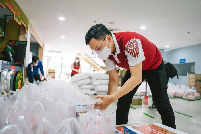 Ca sĩ Thủy Tiên nhận hơn 100 tấn thực phẩm từ Hà Tĩnh hỗ trợ người dân TPHCM - Ảnh 1.