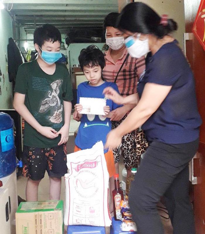 Hà Nội: Hội LHPN thăm và tặng quà người mẹ đơn thân bị mất việc do Covid-19, nuôi 3 con mắc bệnh  - Ảnh 1.