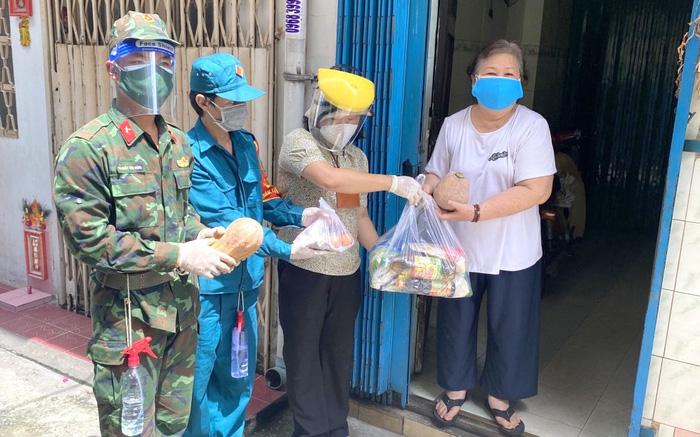 TPHCM: Bộ đội hỗ trợ phát túi an sinh, mang thực phẩm, thuốc men đến tận nhà người dân