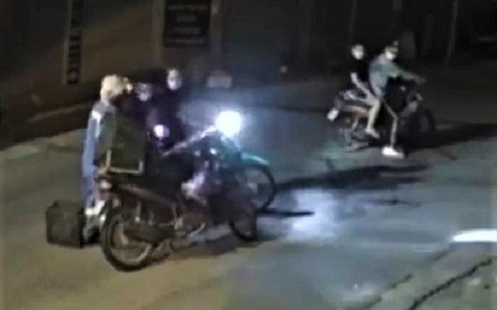 Clip nữ công nhân môi trường bị 4 kẻ cướp xe máy trong đêm