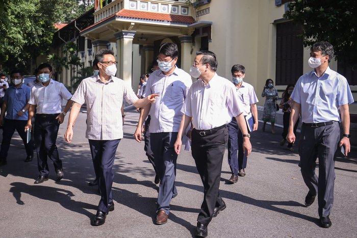 """Phó Thủ tướng Vũ Đức Đam thị sát và hỏi """"Hà Nội cần thêm biện pháp gì chống dịch?"""" - Ảnh 1."""