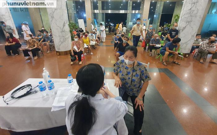 Người dân Thủ đô phấn khởi xếp hàng đi tiêm vaccine Covid-19 trong đêm - Ảnh 5.