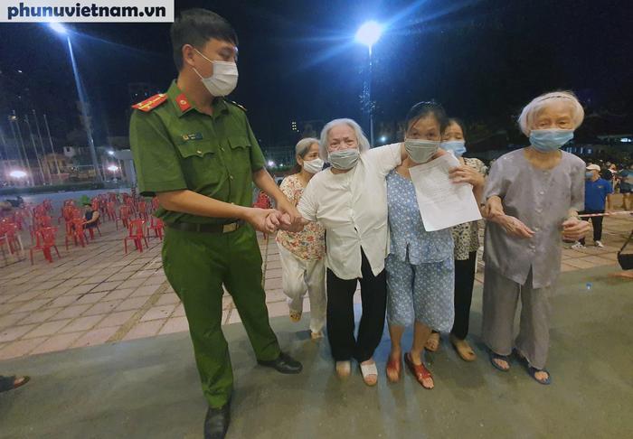 Người dân Thủ đô phấn khởi xếp hàng đi tiêm vaccine Covid-19 trong đêm - Ảnh 6.