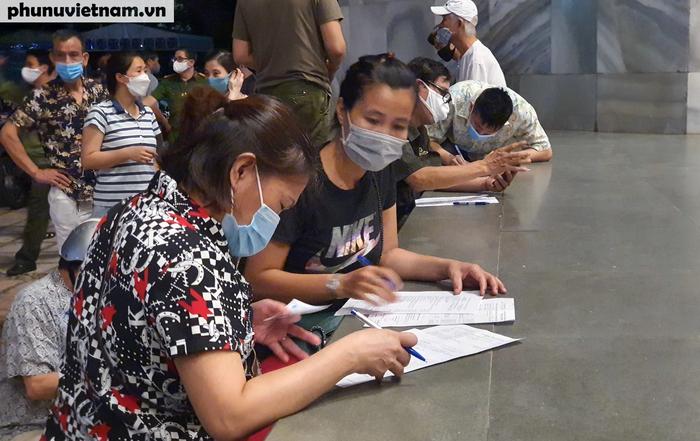 Người dân Thủ đô phấn khởi xếp hàng đi tiêm vaccine Covid-19 trong đêm - Ảnh 4.