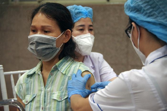 Bí thư Hà Nội: Không vì tiêm vaccine Covid-19 mà chủ quan trong phòng dịch - Ảnh 1.