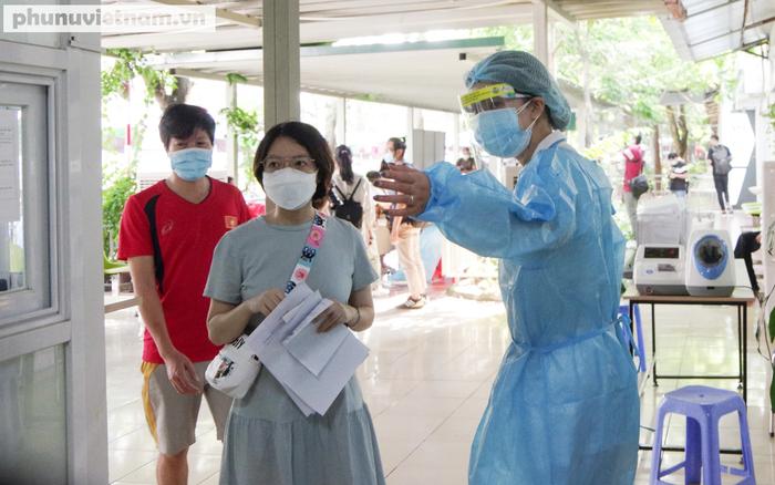 """Hàng trăm thai phụ khệ nệ """"vác bụng"""" đi tiêm phòng vaccine Covid-19 - Ảnh 2."""