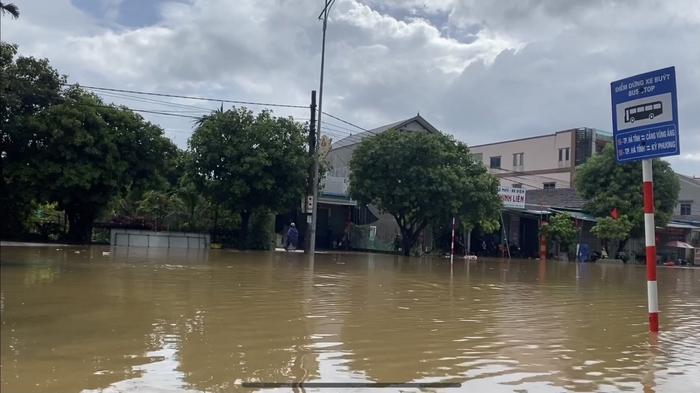 Hà Tĩnh: Mưa lớn kéo dài, quốc lộ 1A ngập sâu trong biển nước - Ảnh 1.