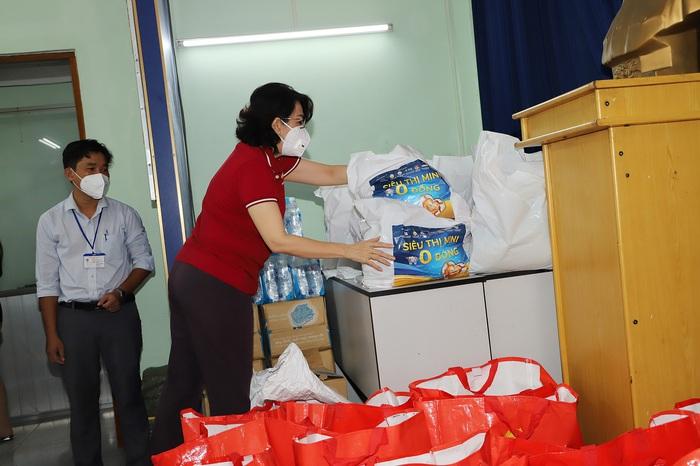 Bà Tô Thị Bích Châu kiểm tra các phần quà hỗ trợ người dân tại Trung tâm An sinh quận