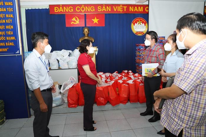 Bà Tô Thị Bích Châu lắng nghe lãnh đạo Q6 chia sẻ  về tình hình người dân khó khăn ở địa phương