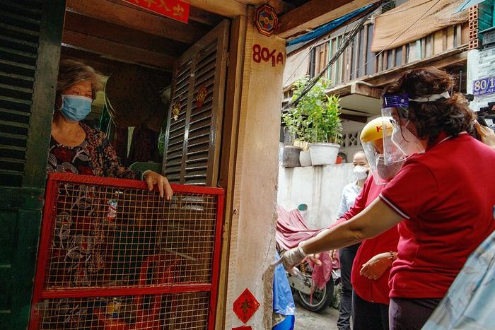 Bà Trịnh Tú Thanh 70 tuổi hiện sống một mình tại hẻm 80 đường Bãi Sậy P1 Q6 chia sẻ những khó khăn trong mùa dịch với Chủ tịch UB MTTQVN  TPHCM
