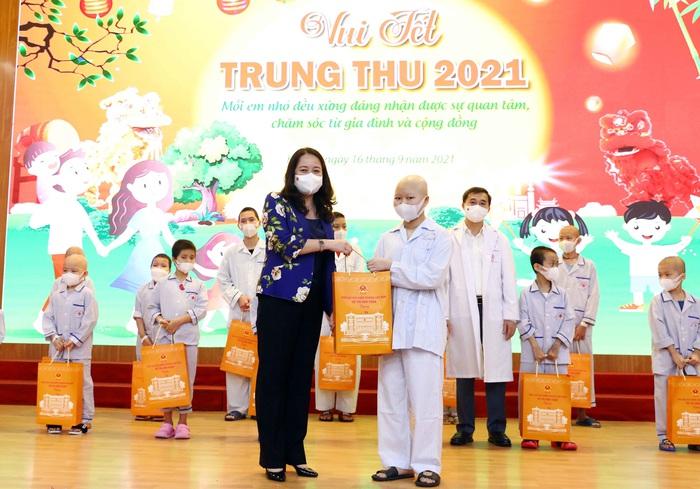 Phó Chủ tịch nước Võ Thị Ánh Xuân tặng quà Trung thu cho các bệnh nhi đang điều trị tại Viện Huyết học-Truyền máu Trung ương