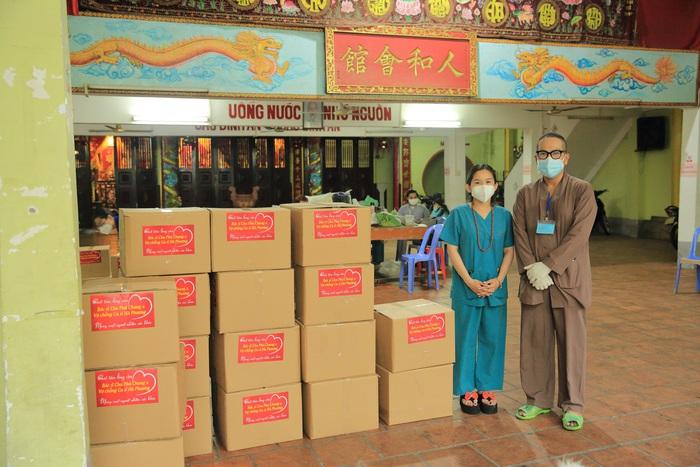Ca sĩ Hà Phương tiếp tục tặng nhu yếu phẩm cho người dân khó khăn - Ảnh 2.