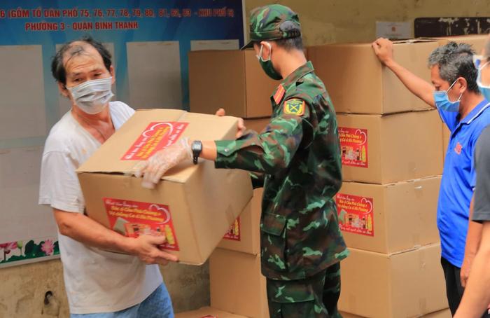 Các chiến sĩ quân đội trao quà của gia đình ca sĩ Hà Phương tới người dân