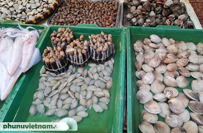 Thực phẩm tươi sống, thủy hải sản đồng loạt giảm giá ở nhiều nơi  - Ảnh 2.