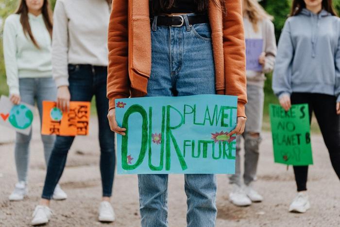 Gần một nửa số trẻ em trên thế giới phải sống trong điều kiện khí hậu nguy hiểm - Ảnh 1.