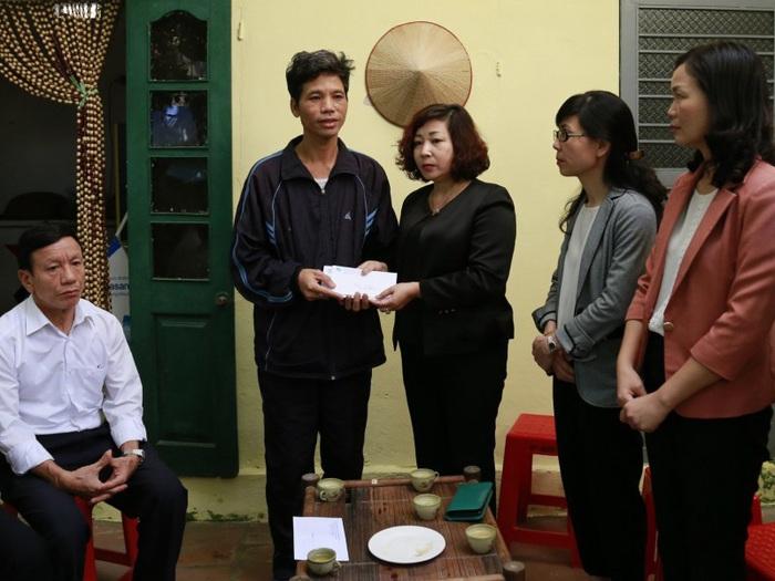 Đại diện Hội LHPN Việt Nam, Hội LHPN thành phố Hà Nội đến thăm hỏi, động viên, chia sẻ với gia đình cô dâu Việt bị sát hại ở Hàn Quốc.