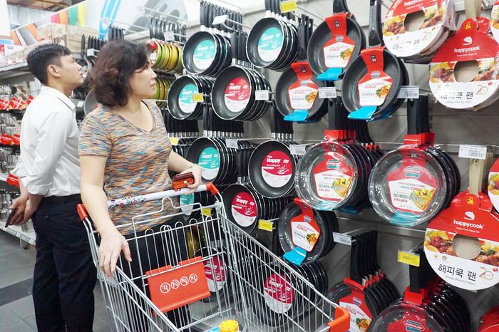 Nhiều mặt hàng giảm giá đến 50% cho người tiêu dùng mua sắm Tết - Ảnh 1.