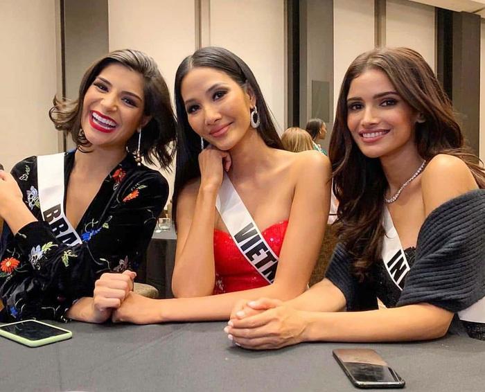 """Hoàng Thùy diện cả """"cây hồng"""" bước vào cuộc chinh phục vương miện Hoa hậu Hoàn vũ 2019 - Ảnh 2."""