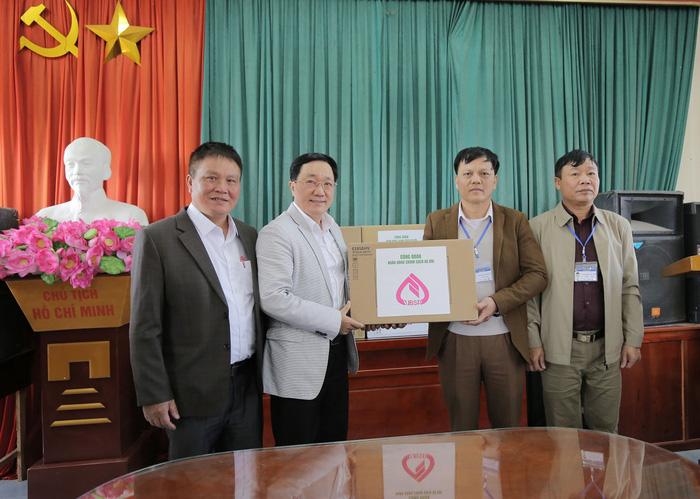 Đoàn công tác của NHCSXH tặng máy vi tính cho xã Lãng Sơn
