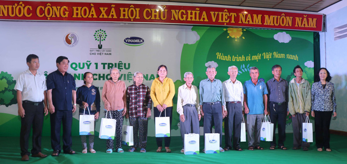 Bà Trương Thị Mai - Ủy viên Bộ Chính trị, Bí thư Trung ương Đảng, Trưởng ban Dân vận Trung ương cùng các đại biểu trao tặng 10 phần quà của Ban Tổ chức cho các gia đình thuộc diện chính sách của tỉnh Bình Định