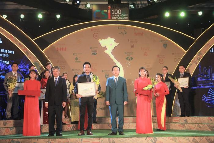 Ông Nguyễn Thành Đạt - GĐ Truyền Thông Herbalife VN và Campuchia đại diện nhận giải thưởng doanh nghiệp bền vững 2019
