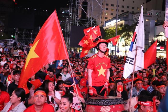 """Phố đi bộ Nguyễn Huệ thành """"biển"""" người cổ vũ chung kết bóng đá Sea Games 30 - Ảnh 10."""