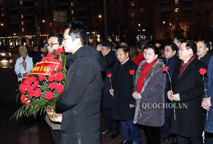 Chủ tịch Quốc hội Nguyễn Thị Kim Ngân dâng hoa tại quảng trường Hồ Chí Minh, thủ đô Moscow - Ảnh 1.