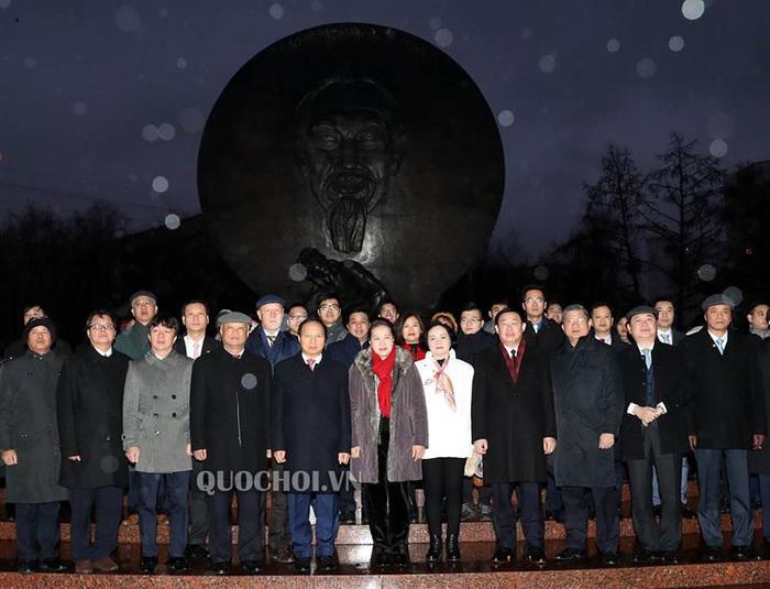 Chủ tịch Quốc hội Nguyễn Thị Kim Ngân dâng hoa tại quảng trường Hồ Chí Minh, thủ đô Moscow - Ảnh 2.