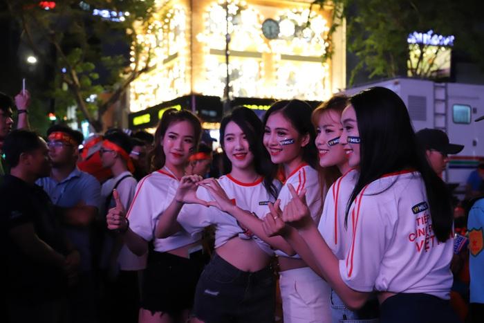 """Phố đi bộ Nguyễn Huệ thành """"biển"""" người cổ vũ chung kết bóng đá Sea Games 30 - Ảnh 7."""