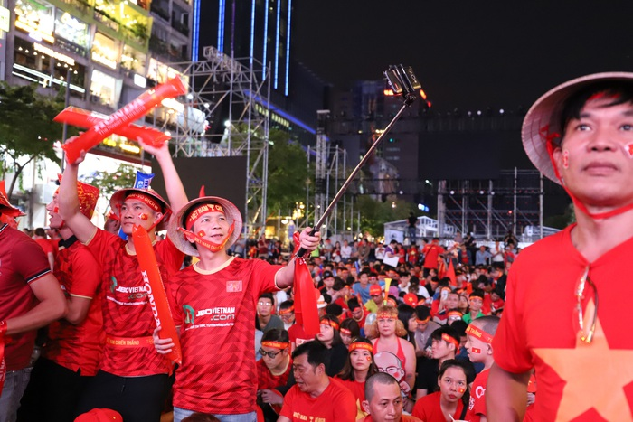 """Phố đi bộ Nguyễn Huệ thành """"biển"""" người cổ vũ chung kết bóng đá Sea Games 30 - Ảnh 5."""