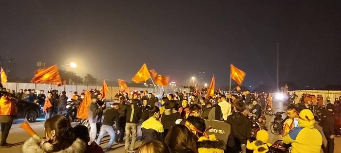 Hàng ngàn người hâm mộ đã đổ ra sân vận động Mỹ Đình để ăn mừng chiến thắng của đội tuyển U22 Việt Nam.
