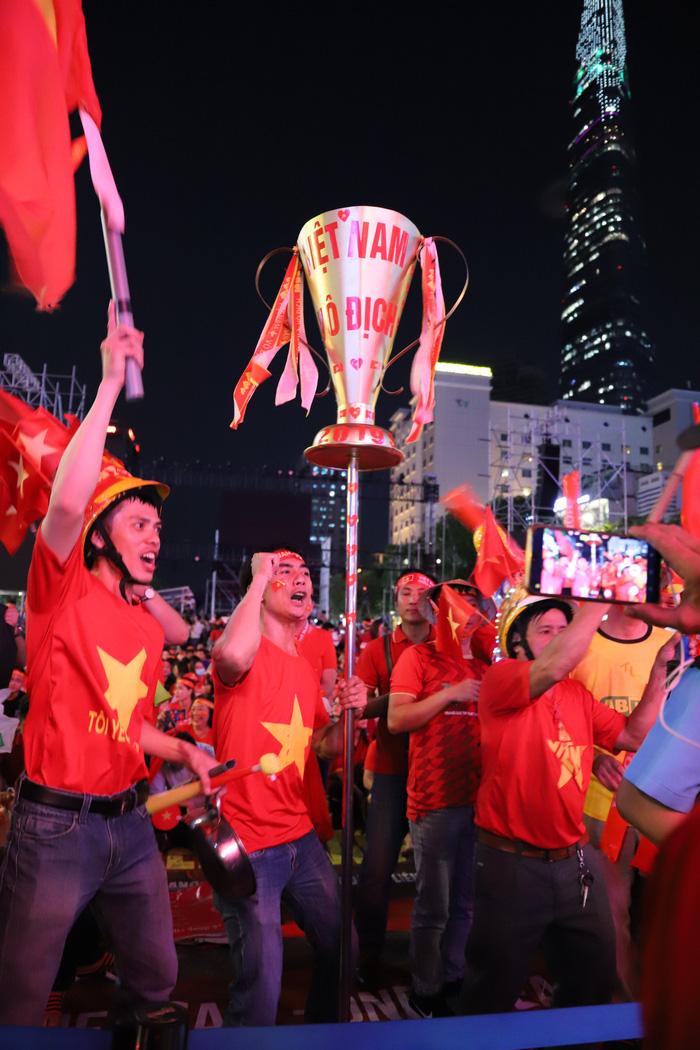"""Phố đi bộ Nguyễn Huệ thành """"biển"""" người cổ vũ chung kết bóng đá Sea Games 30 - Ảnh 2."""