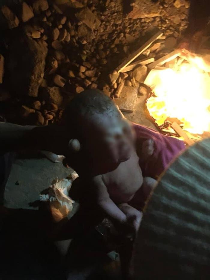 Bé trai sơ sinh bị bỏ rơi giữa đêm lạnh giá, rất may được người dân phát hiện kịp thời.