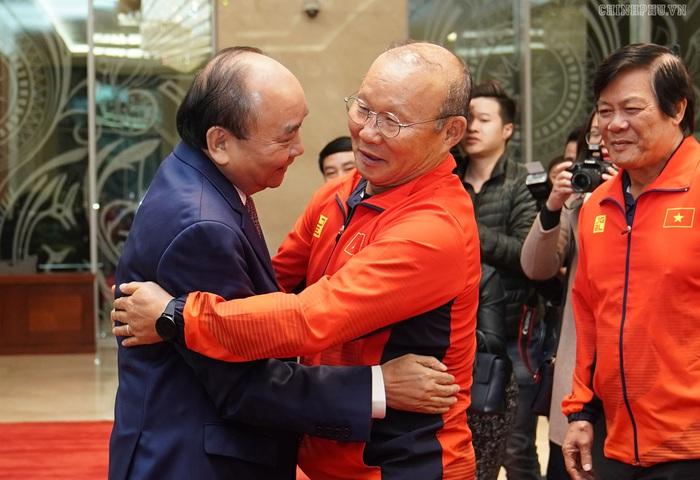 Thủ tướng gặp mặt đội tuyển bóng đá nữ, nam: Chiến thắng của bản lĩnh, khát vọng Việt Nam - Ảnh 1.