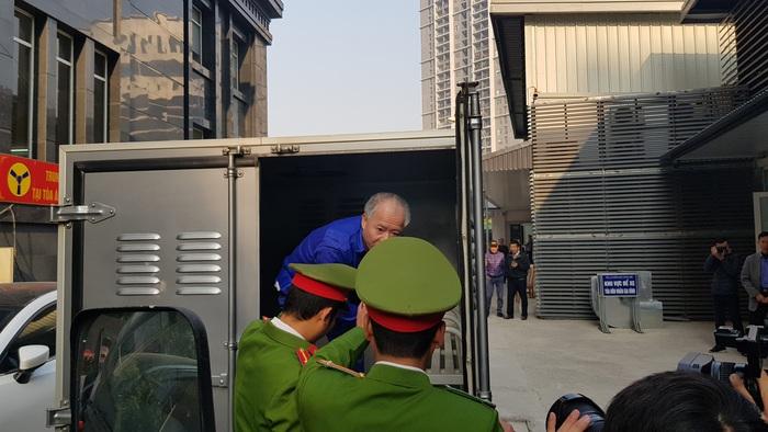 Bị cáo Nguyễn Văn Đông được dẫn giải tới tòa.