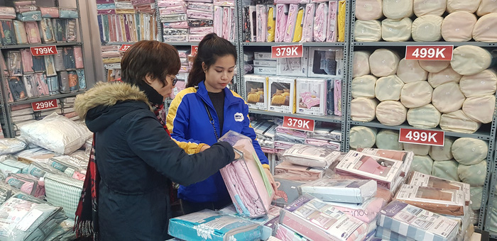Người tiêu dùng có thể mua nhiều sản phẩm của các thương hiệu lớn với mức giảm giá hơn 50%