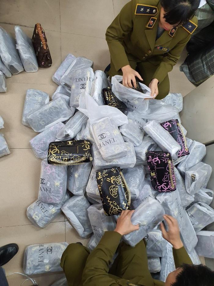 Lực lượng chức năng phát hiện số túi xách mang các thương hiệu nổi tiếng có dấu hiệu giả mạo