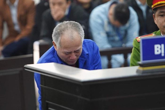 Bị cáo Nguyễn Văn Đông gục xuống khi nghe công bố cáo trạng.