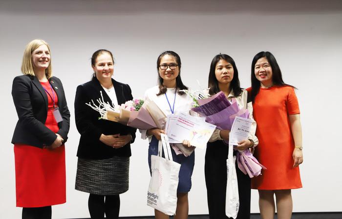 """Đại diện UN Women, Đại sứ quán Ireland và ChildFund trao giải ba cho Lê Thị Như Thùy với truyện """"Người đồng hành"""" và Bùi Giang"""