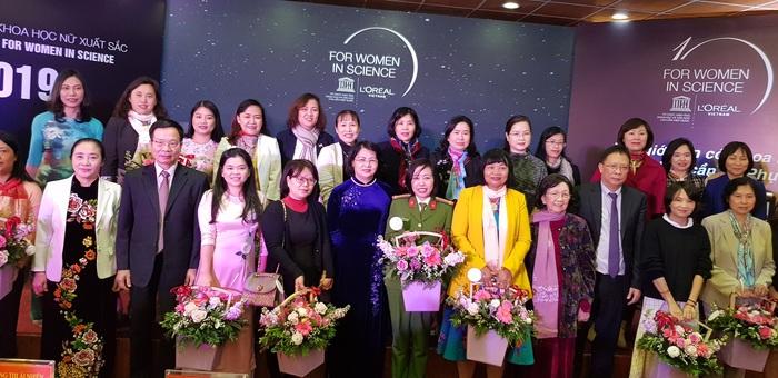 Phó Chủ tịch nước Đặng Thị Thị Ngọc Thịnh, Phó chủ tịch thường trực Hội LHPN Việt Nam Hoàng Thị Ái Nhiên, đại diện ban tổ chức và 32 nhà khoa học nữ xuất sắc đã góp phần thay đổi ngành khoa học Việt Nam trong 10 năm qua.