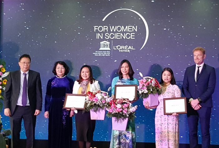 Phó Chủ tịch nước Đặng Thị Thị Ngọc Thịnh (thứ hai từ trái qua) và Ban tổ chức trao giải cho ba nhà khoa học nữ