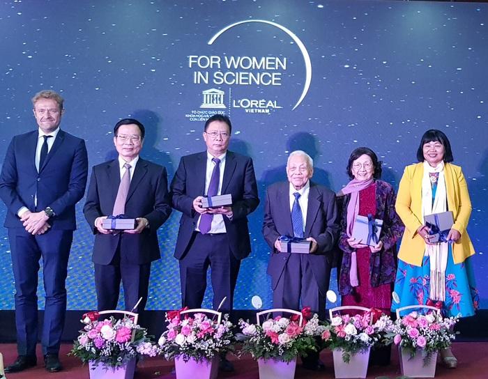 Đại diện Ban tổ chức tặng quà kỷ niệm cho Hội đồng khoa học